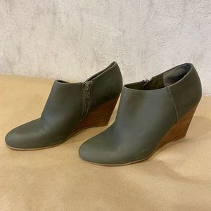 Nine West olive green leather ankle wedge booties